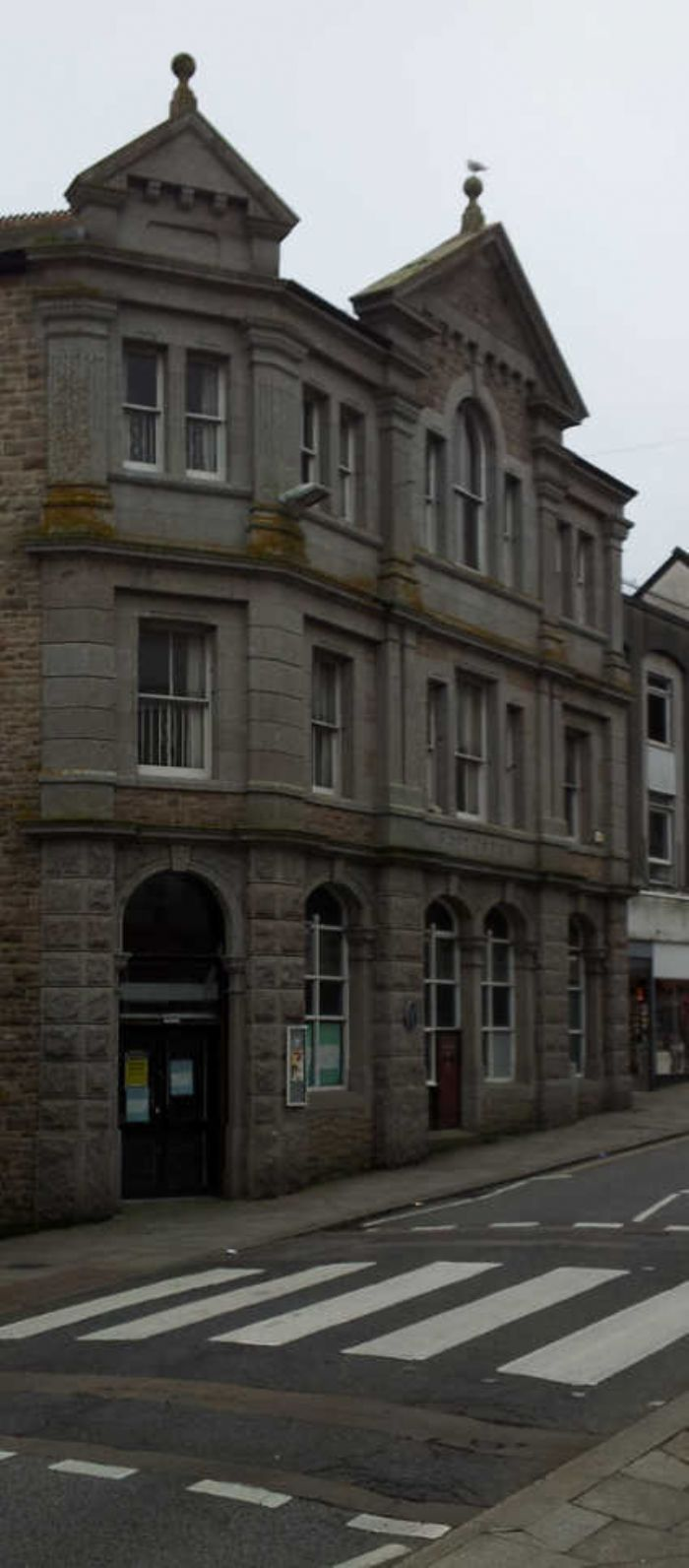Penzance Post Office building 2017. Mr Uren must be turning in his grave, the building is now boarded up and the Post Office is now in the back of W.H. Smith. (photo; Linda Camidge)