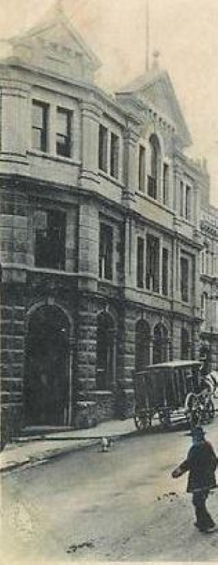 Penzance Post Office in the early 20th century - note the extra storey (courtesy of the Cornish Nostalgic Memory FaceBook site)