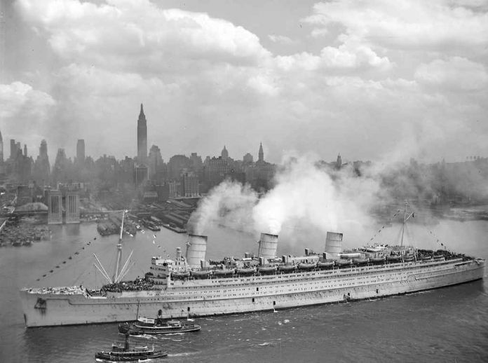Queen Mary entering New York with returning US troops in 1945