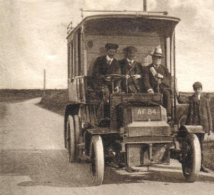 GWR bus on the Helston - Lizard service ( By F Frith & Co - Cropped from a postcard in the Geof Sheppard Collection, Public Domain, https://commons.wikimedia.org/w/index.php?curid=2152071)